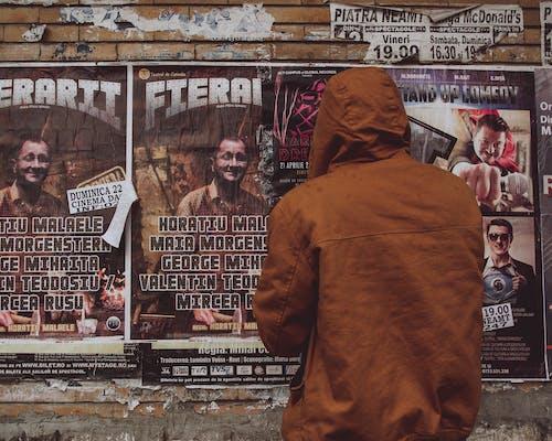Foto d'estoc gratuïta de carrer, cartells, conjunt de roba, desgast