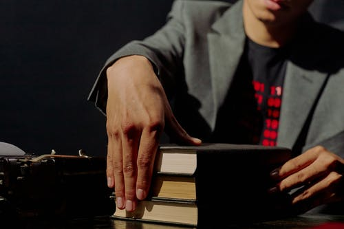 Darmowe zdjęcie z galerii z czarne tło, garnitur, książka