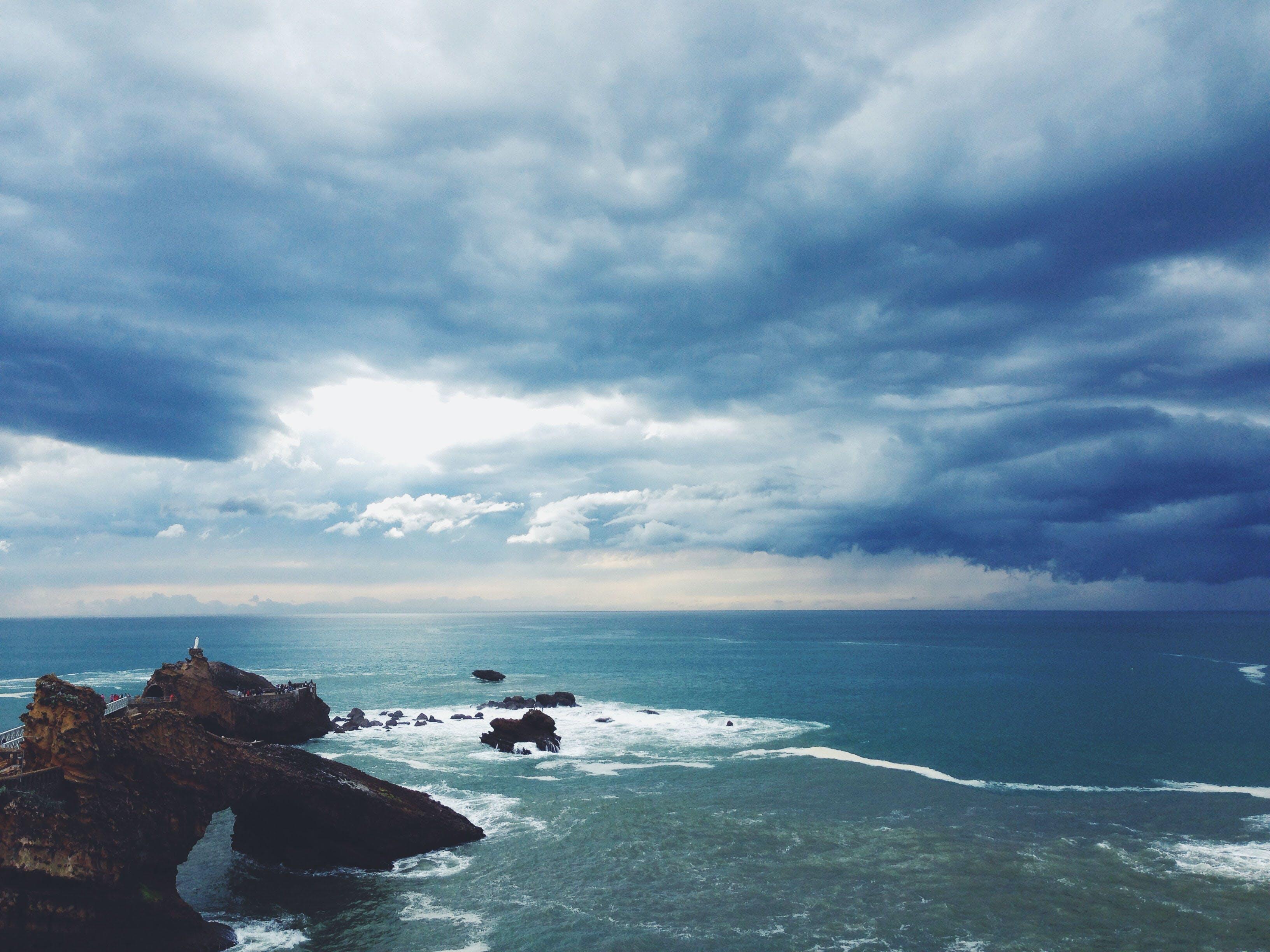 岩, 暗雲, 曇り, 海の無料の写真素材
