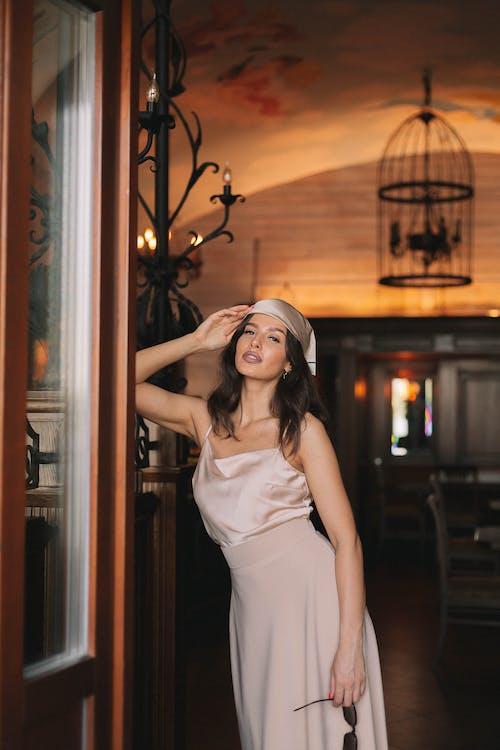 Бесплатное стоковое фото с в помещении, Взрослый, женщина