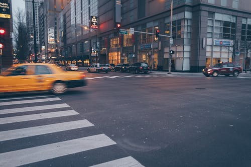 aksiyon, arabalar, araçlar, binalar içeren Ücretsiz stok fotoğraf