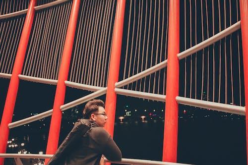 Základová fotografie zdarma na téma architektura, batoh, brýle, budova