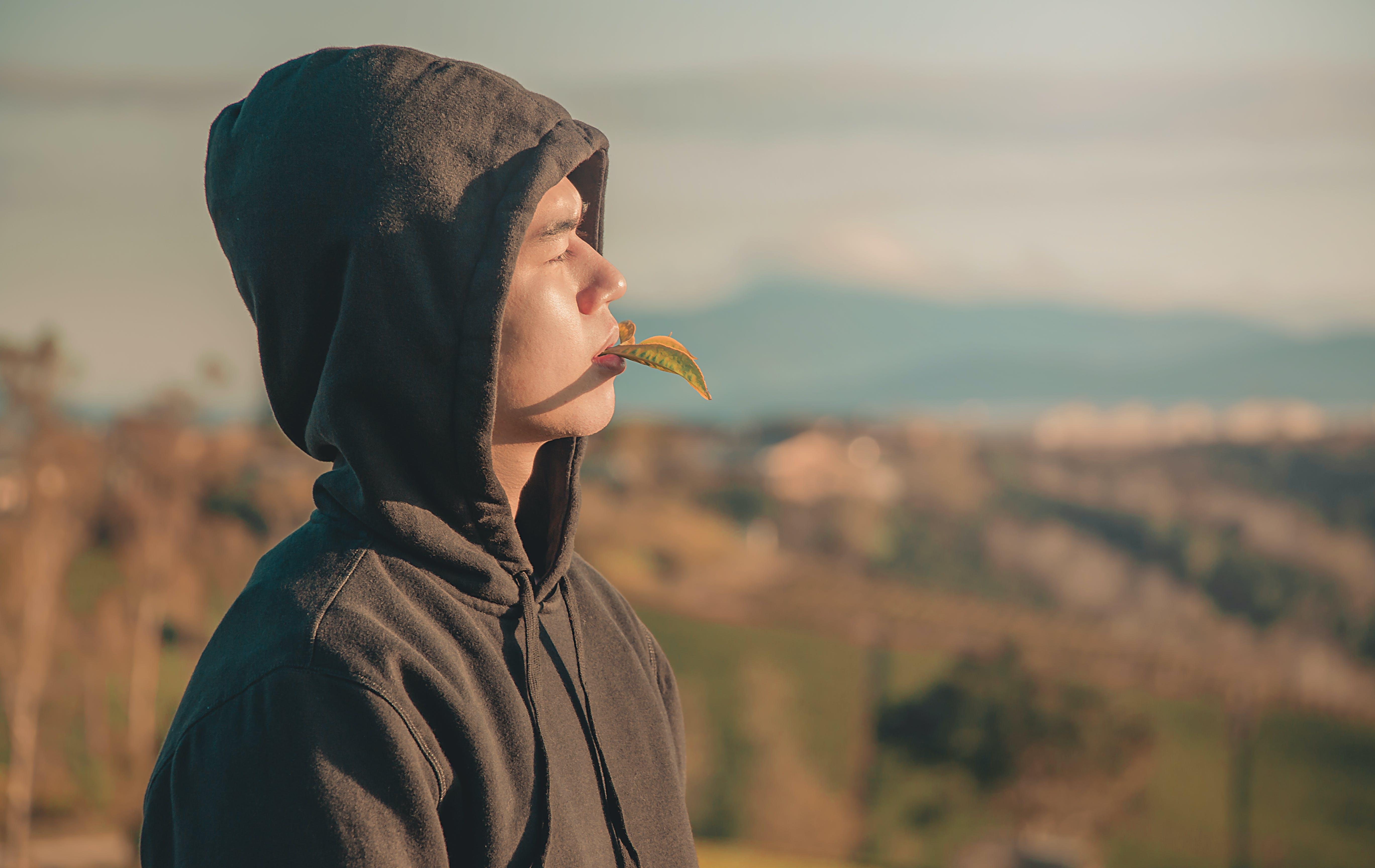 アジア人の少年, フード付きセーター, 人, 側面図の無料の写真素材