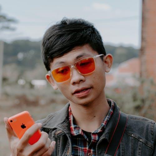 亞洲男孩, 人, 墨鏡, 手機 的 免費圖庫相片