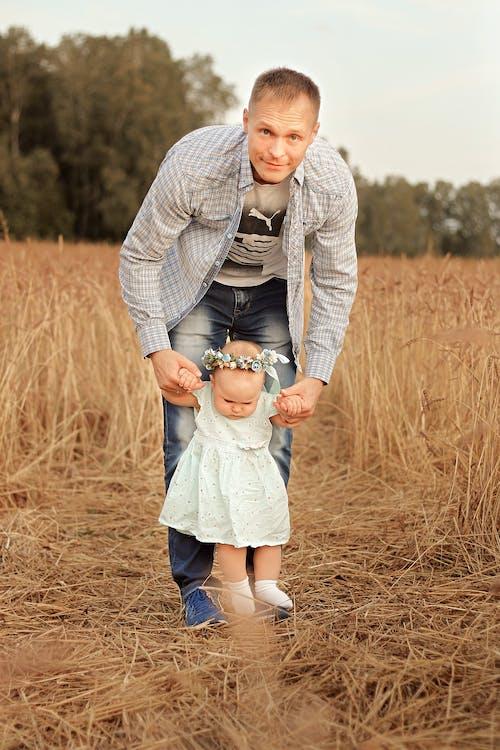 Fotobanka sbezplatnými fotkami na tému byť spolu, chlapec, chôdza