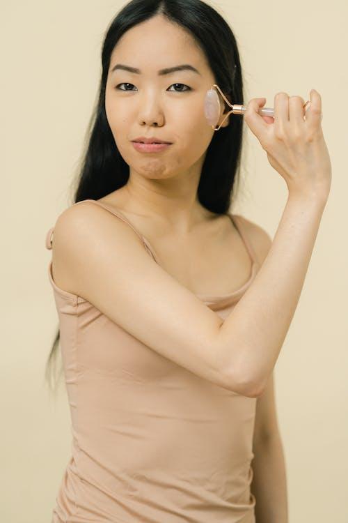 cilt bakımı, düz saç, Kadın içeren Ücretsiz stok fotoğraf