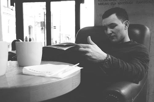 Darmowe zdjęcie z galerii z chłopak, czarno-biały, czytanie, dorosły