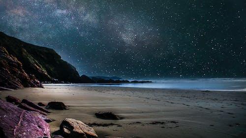 Fotos de stock gratuitas de acantilados, agua, arena, cielo nocturno