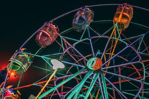 Fotobanka sbezplatnými fotkami na tému festival, jazdy, karneval, osvetlený
