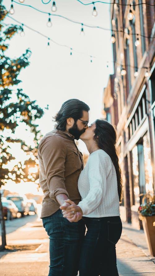 Fotos de stock gratuitas de abrazar, abrazo, adulto