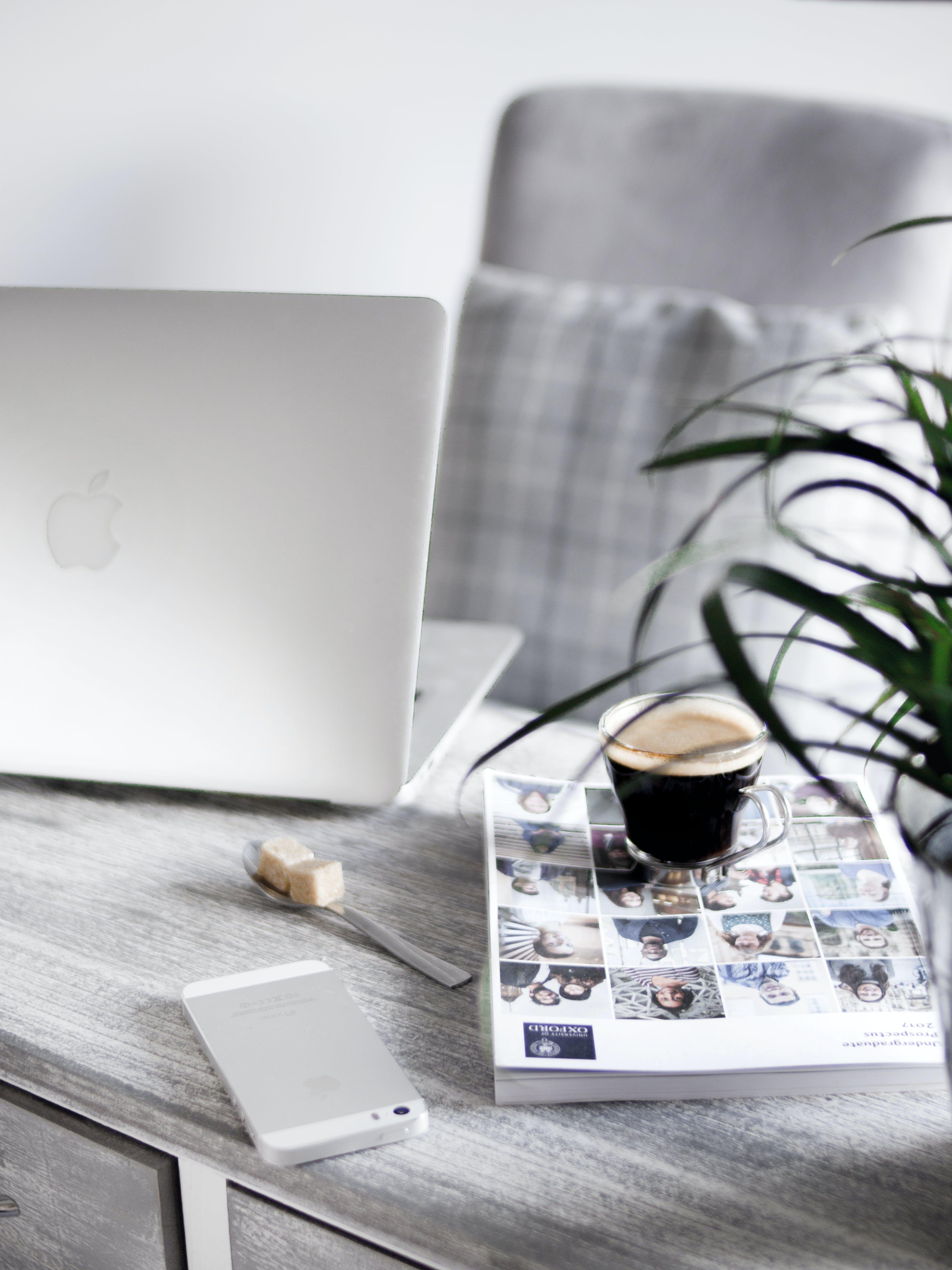 Gratis lagerfoto af arbejdsområde, arbejdsplads, blad, bærbar computer
