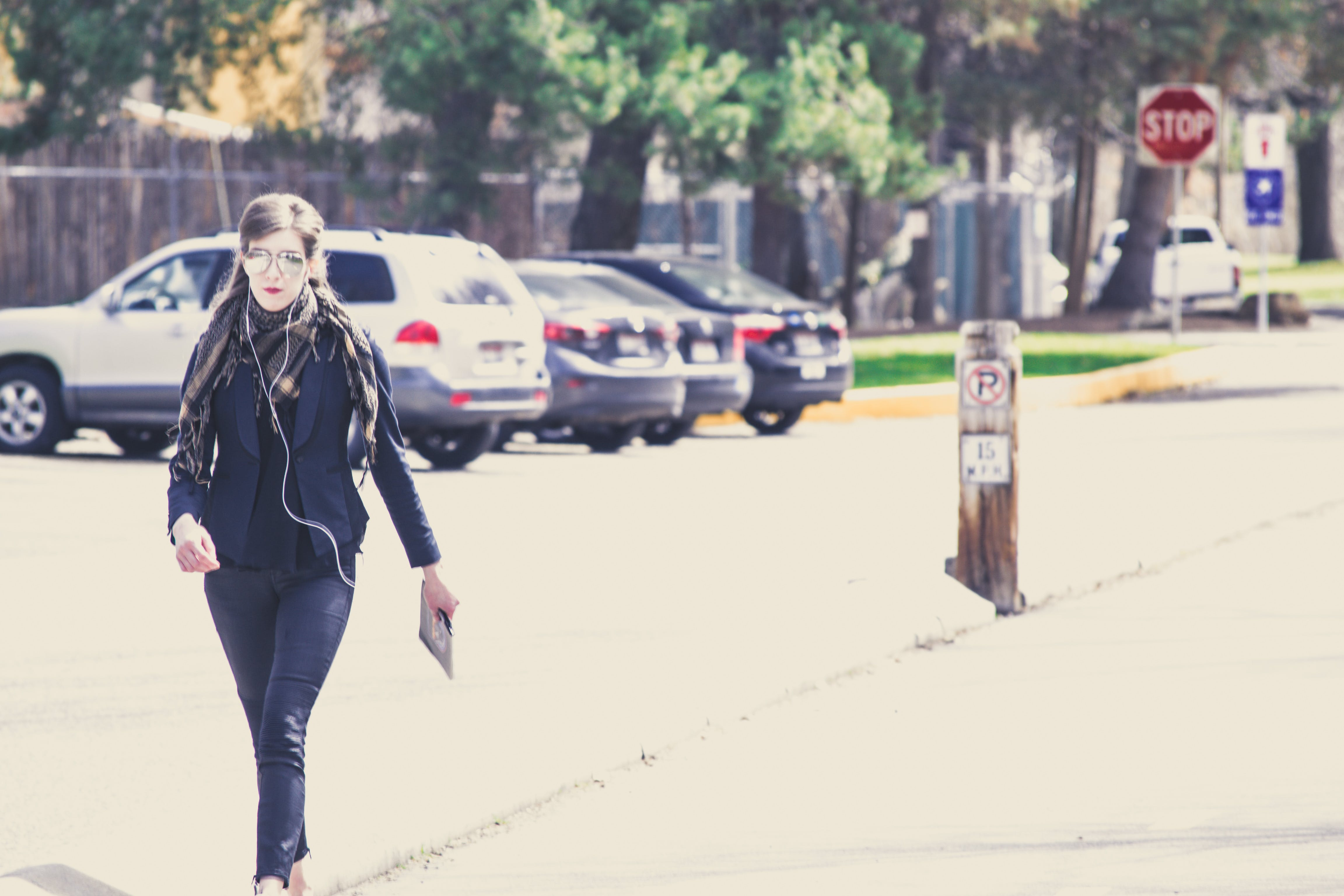 Fotos de stock gratuitas de acción, adulto, caminando, carretera
