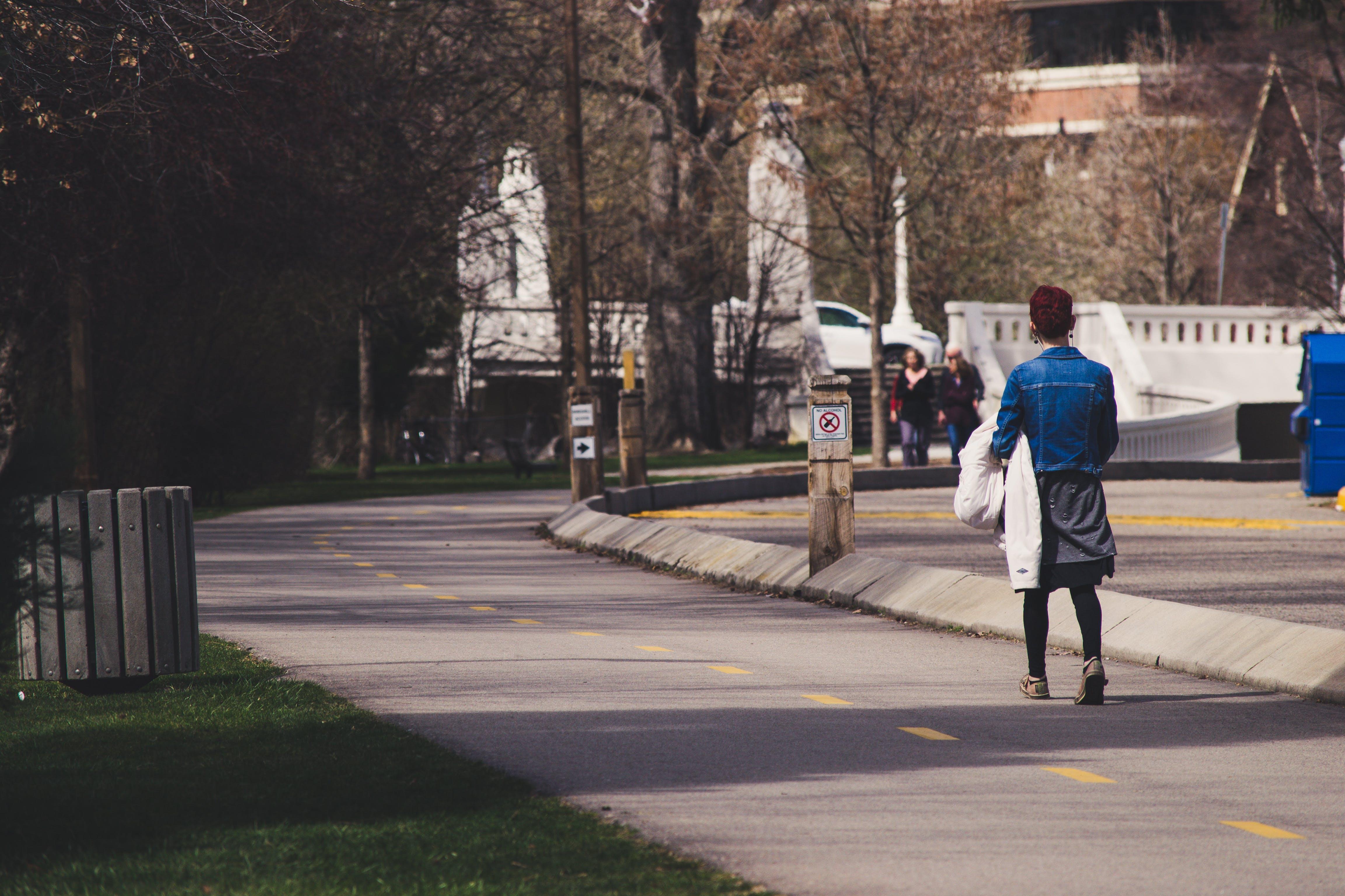Gratis lagerfoto af fortov, gade, kvinde, person