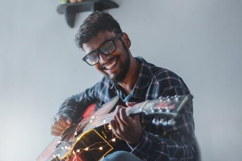 adam, erkek, gitar, gitarist içeren Ücretsiz stok fotoğraf