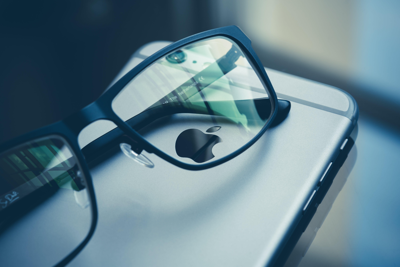 Eyeglasses on Space Gray Iphone 6