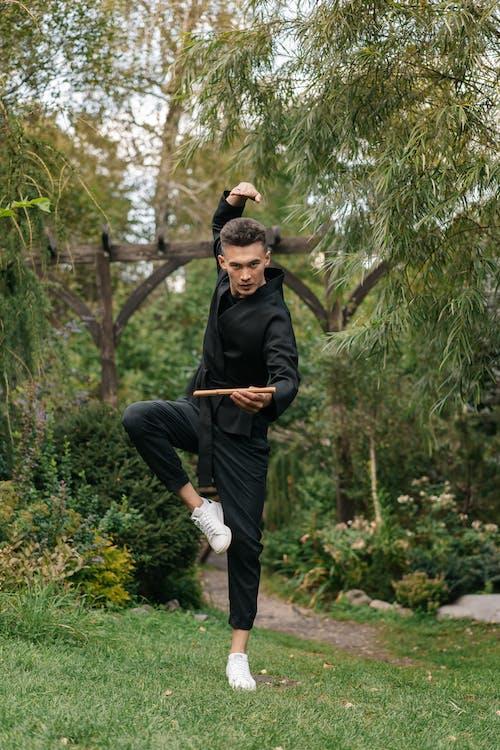 Kostenloses Stock Foto zu asiatischer mann, balance, garten