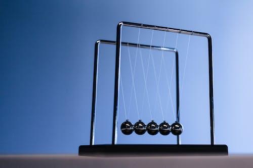 Kostenloses Stock Foto zu bälle, blauem hintergrund, energie