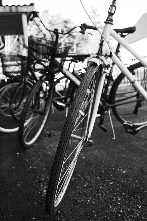 Foto De Bicicletas Em Escala De Cinza