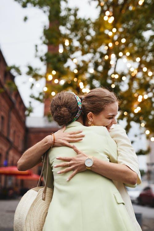 Fotos de stock gratuitas de abrazar, abrazo, abrazos
