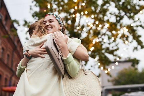 Fotos de stock gratuitas de abrazos, al aire libre, amor