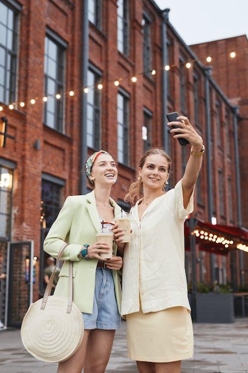 Fotos de stock gratuitas de adulto, al aire libre, amigos