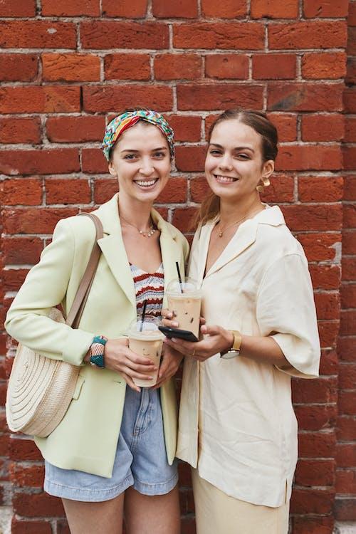 Fotos de stock gratuitas de adulto, al aire libre, amistad
