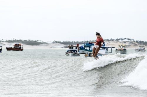Darmowe zdjęcie z galerii z akcja, budzić, deska surfingowa