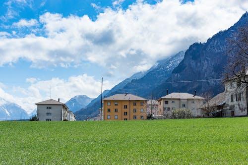 Gratis lagerfoto af arkitektur, bane, bjerge, bygninger