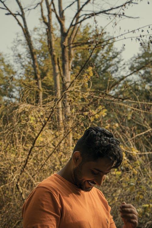 คลังภาพถ่ายฟรี ของ ผู้ชาย, รอยยิ้มที่สวยงาม, ส้ม
