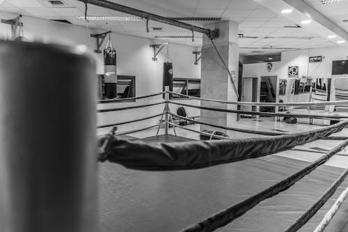 Безкоштовне стокове фото на тему «займається боксом, спортзал, стара школа, ч/б»
