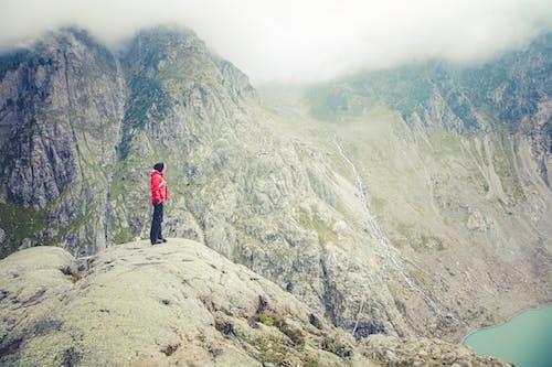 Kostnadsfri bild av berg, dimma, klippig, person