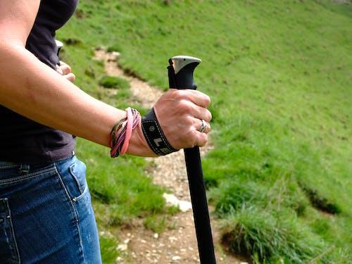 Gratis lagerfoto af bjerge, hånd, hikking, trekking