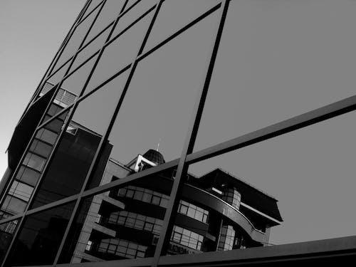 Gratis arkivbilde med arkitektur, bygning, refleksjon, svart-hvitt
