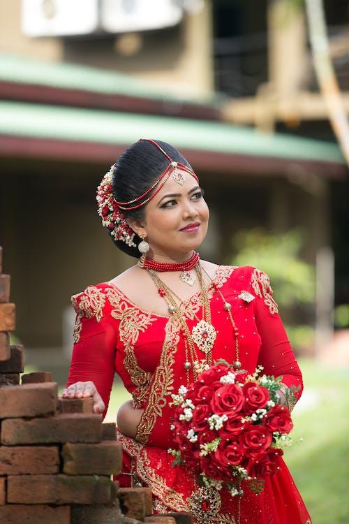 Immagine gratuita di bella sposa, dalla vita in su, esterno
