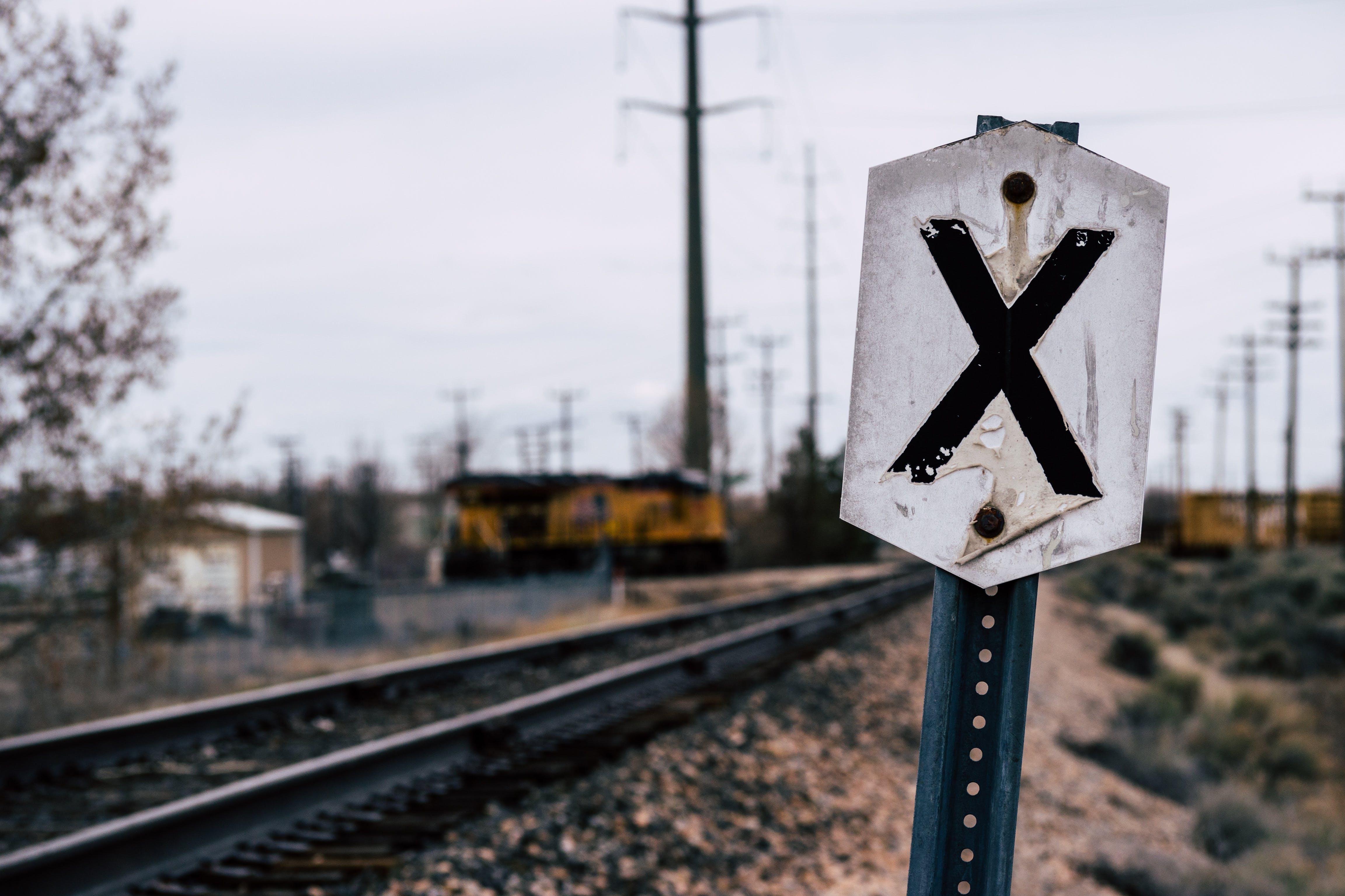 Ilmainen kuvapankkikuva tunnisteilla junanrata, opasteet, rautatie, rautatiekiskot