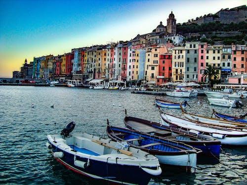 binalar, deniz, deniz aracı, deniz kenarı içeren Ücretsiz stok fotoğraf