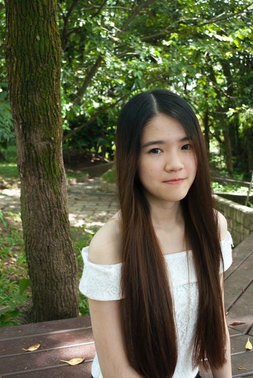 Kostnadsfri bild av långt hår, naturlig, park, ung