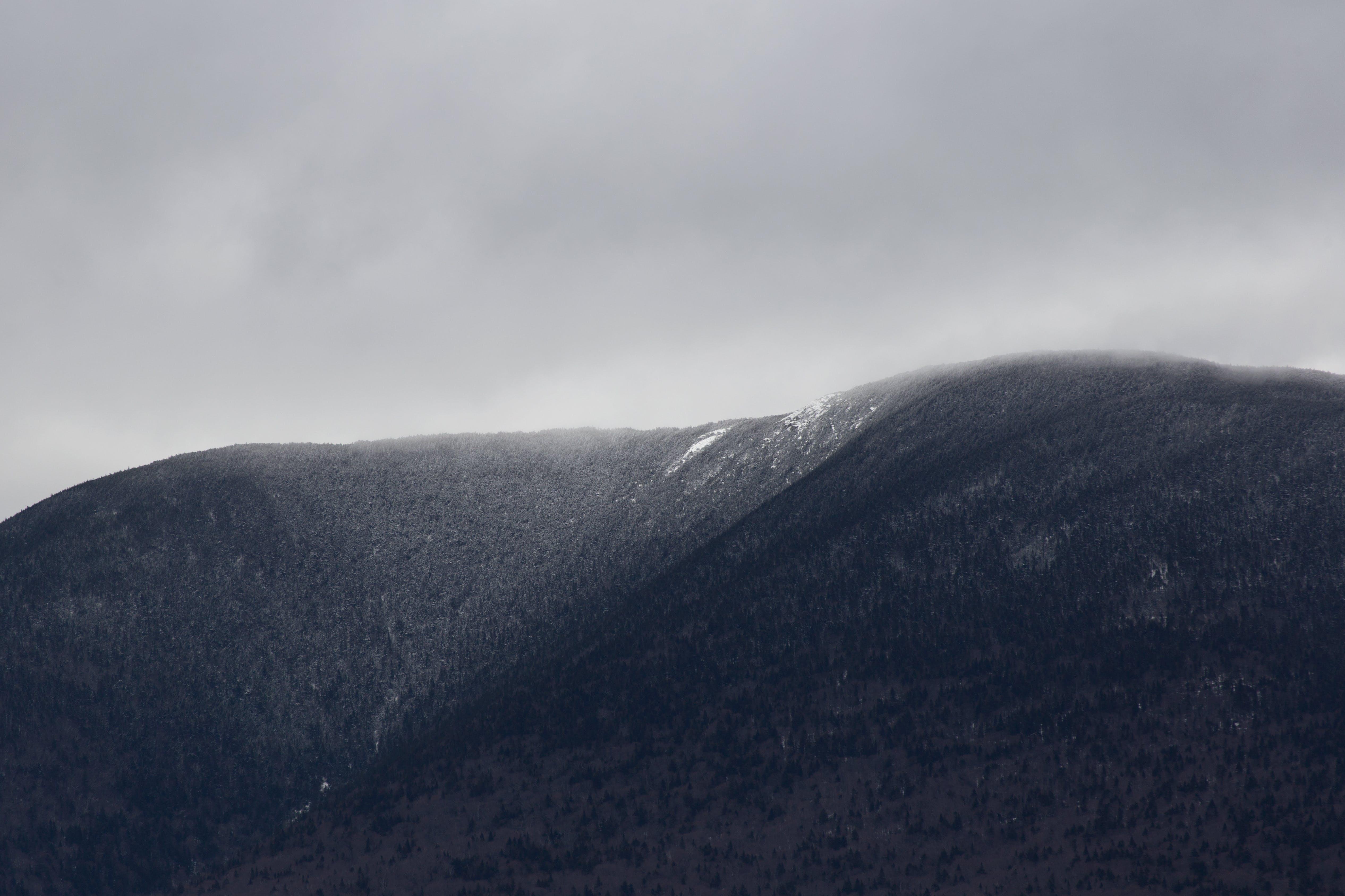 Gratis stockfoto met berg, landschap, mist, mistachtig