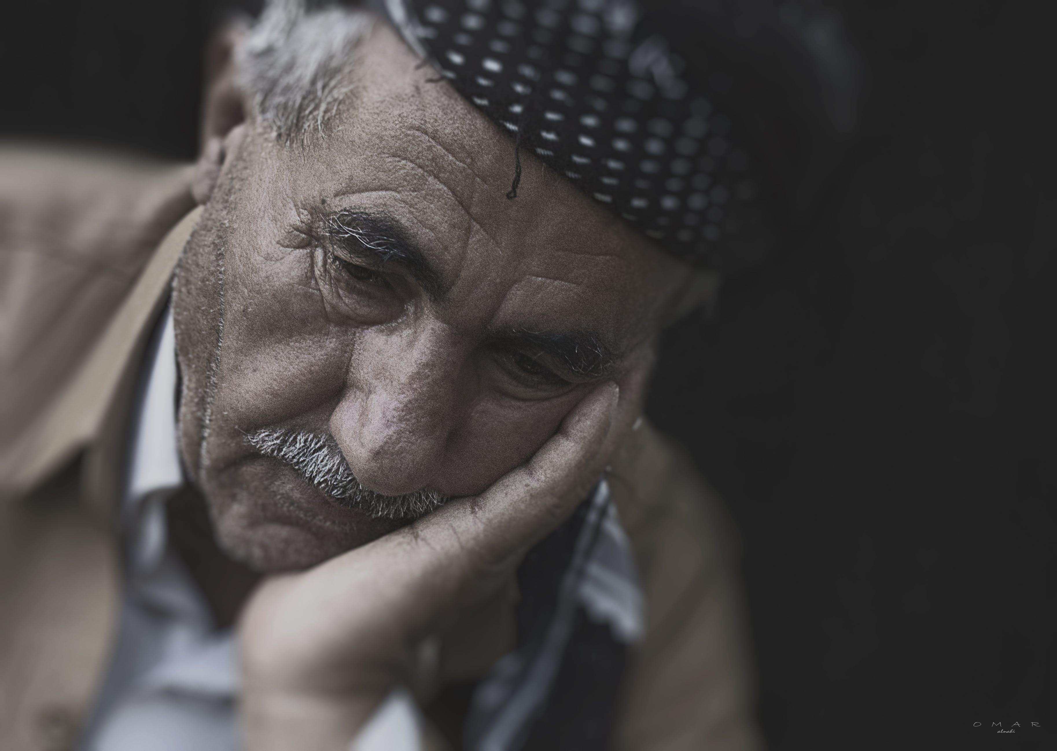 Alter Mann grübelt | Quelle: Pexels