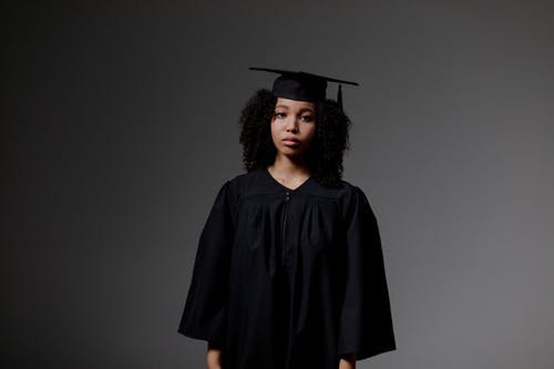 Δωρεάν στοκ φωτογραφιών με copyspace, από τη μέση και πάνω, αποφοίτηση