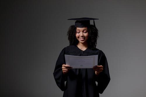 Δωρεάν στοκ φωτογραφιών με αποφοίτηση, γκρι φόντο, γυναίκα