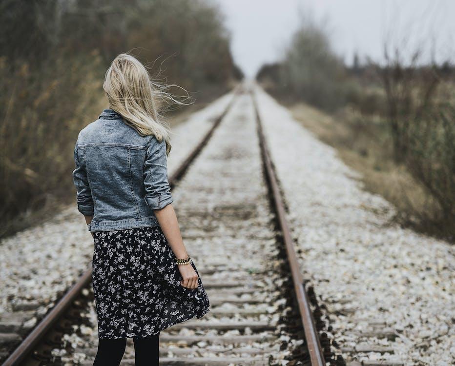 Mulher Em Pé Na Ferrovia