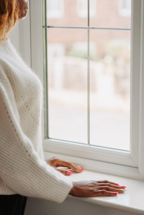 Kostnadsfri bild av fönster, fönsterkarm, hand
