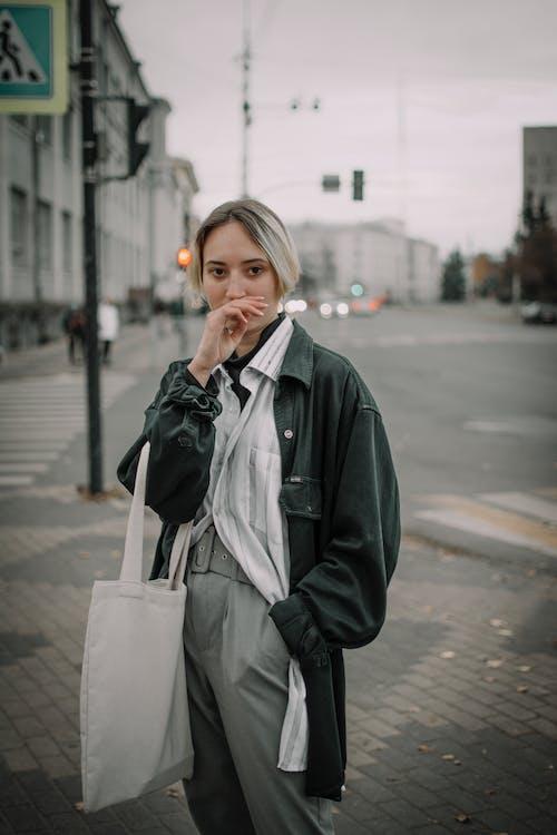 Základová fotografie zdarma na téma blond vlasy, bunda, chodník