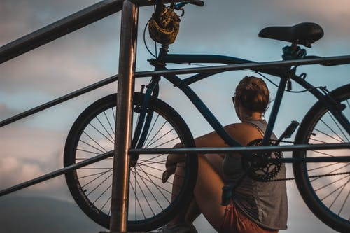 Foto d'estoc gratuïta de acció, adult, assegut, ciclista