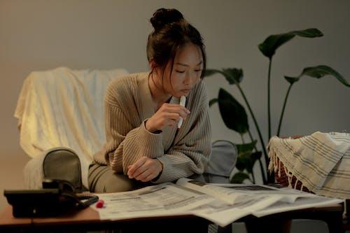 Ilmainen kuvapankkikuva tunnisteilla aikuinen, istuminen, kasvi