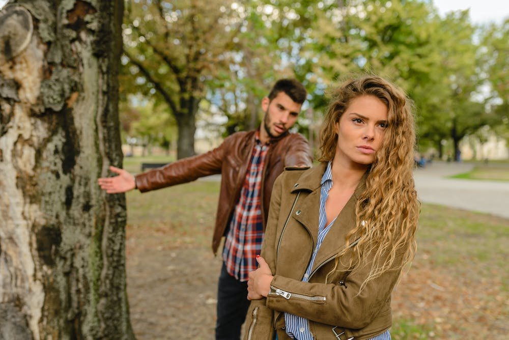 Woman and man fighting in a park. | Photo: Pexels