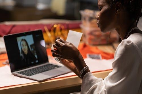 Foto profissional grátis de adulto, computador portátil, comunicando