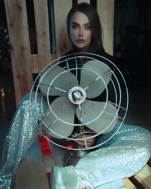 Foto profissional grátis de brilhando, calça, dentro de casa