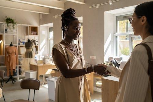 Бесплатное стоковое фото с бизнес, бизнес-леди, в помещении